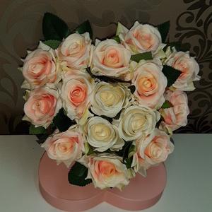 Rózsabox selyemvirágból , Otthon & Lakás, Dekoráció, Csokor & Virágdísz, Virágkötés, Mindenmás, Szeretnéd meglepni a szerettedet?\nEzt a csodaszép minőség selyem virágokkal teli szív alakú rózsabox..., Meska
