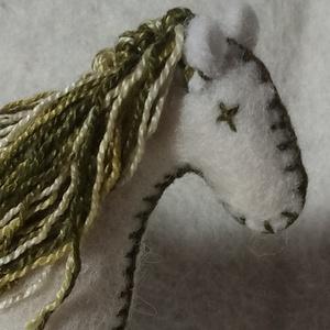 Zöld-fehér gyapjúlovacska,  játékló gyapjúfilcből varrva, ajándék gyerekeknek, ajándék fiúknak, dekoráció, természetes , Gyerek & játék, Gyerekszoba, Dekoráció, Otthon & lakás, Játék, Baba-és bábkészítés, Varrás, Ezt a natúr gyapjú színű lovat magam terveztem. Gyapjúfilcből varrtam, natúr gyapjúval tömtem ki a t..., Meska