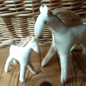 Fehér játékló gyapjúból, anya és csikaja gyapjúfilcből varrva, ajándék lányoknak, fiúknak, gyerekszoba dísz, lakás dísz, Gyerek & játék, Gyerekszoba, Játék, Készségfejlesztő játék, Baba-és bábkészítés, Varrás, Ezeket a lovakat magam terveztem.Fehér gyapjúfilcből varrtam. Natúr gyapjúval tömtem ki.  A sörényük..., Meska