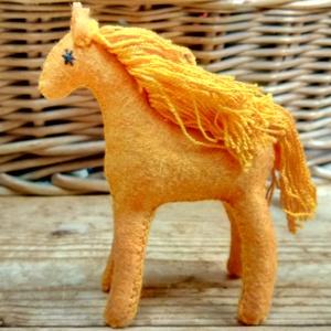 Sárga lovacska gyapjúból,  ajándék lányoknak, fiúknak gyapjúfilcből varrva, játék gyerekeknek, dekoráció, ajándék, Gyerek & játék, Gyerekszoba, Játék, Baba játék, Baba-és bábkészítés, Varrás, Ezt a napsárga  lovacskát magam terveztem. Gyapjúfilcből varrtam, natúr gyapjúval tömtem ki a testét..., Meska