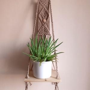 Fali, polcos makramé virágtartó, Otthon & Lakás, Dekoráció, Virágtartó, Csomózás, Újrahasznosított alapanyagból készült termékek, Makramé fali virágtartót készítettem, saját elképzelés alapján, vastag homokszínű pamutfonalból. Fa ..., Meska