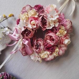 Mályva színű selyemvirág kopogtató, Ajtódísz & Kopogtató, Dekoráció, Otthon & Lakás, Mindenmás, Teljesen egyedi stílusú, kivitelezésű kopogtató, de én inkább fali dekorációnak ajánlom. Így nem csa..., Meska
