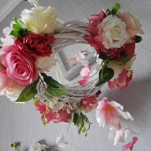 Babaszoba dekoráció kislány virágkoszorú, Otthon & Lakás, Dekoráció, Függődísz, Mindenmás, Virágkötés, Szeretem a virágokat, leginkább az élőt, mert csodás az illatuk, sőt jótékony hatásuk van, gyönyörű ..., Meska