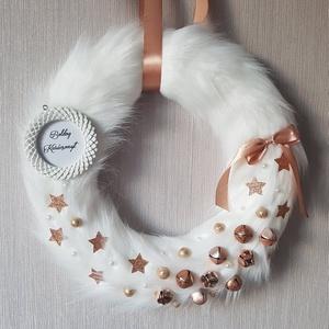 Rosegold-fehér elegáns szőrmés karácsonyi kopogtató, Otthon & lakás, Dekoráció, Ünnepi dekoráció, Lakberendezés, Ajtódísz, kopogtató, Mindenmás, Rosegold-fehér színben készült karácsonyi kopogtató. Kopogtató a neve, ám nekem inkább fali lakásde..., Meska