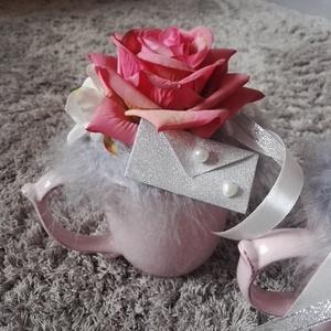Elegáns mályva-szürke színű bögrés asztaldísz, Otthon & Lakás, Dekoráció, Asztaldísz, Mindenmás, Egy bögrényi szeretet :) virágokkal fűszerezve. \nMályva-krém színű virágokkal, szürke dekor tollal d..., Meska