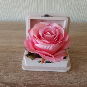 Gyűrűtartó doboz esküvőre, Esküvő, Kiegészítők, Gyűrűtartó & Gyűrűpárna, Mindenmás, A csupa romantikus gyűrűtartó doboz, mely csodálatos kiegészítője lehet esküvődnek.\nRózsaszín dobozb..., Meska
