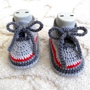 Szürke-fehér-piros fűzős babacipő, Ruha & Divat, Babaruha & Gyerekruha, Babacipő, Horgolás, Kötés, Trendi kézzel horgolt kisbaba cipő.\nKeresztelőre, ajándéknak ünnepre, de hétköznapokra is kiváló vis..., Meska
