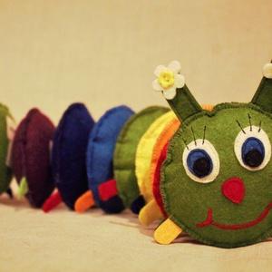 ZAZU százlábú babajáték , Játék, Gyerek & játék, Baba játék, Játékfigura, Készségfejlesztő játék, Varrás, Színes gyapjúfilcből készült százlábú, melynek különböző színű részei tépőzárral kapcsolódnak egymás..., Meska