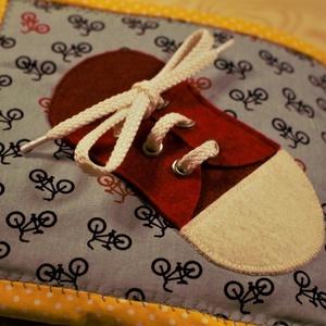 Csendeskönyv oldal- Fiús cipőfűző, Gyerek & játék, Játék, Készségfejlesztő játék, Varrás, A képen látható ovis zsák twill vászonból készült. Kérésre varrtam rá a gyermek nevét és a Micimackó..., Meska