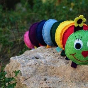 ZAZU százlábú babajáték , Játék & Gyerek, 3 éves kor alattiaknak, Készségfejlesztő, Varrás, Színes gyapjúfilcből készült százlábú, melynek különböző színű részei tépőzárral kapcsolódnak egymás..., Meska