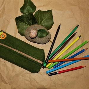 tolltartó, Tolltartó & Ceruzatekercs, Papír írószer, Otthon & Lakás, Varrás, A tavasz üde, melengető zöld színében pompázik ez a tolltartó gyönyörű nemezből és amint látjuk már ..., Meska