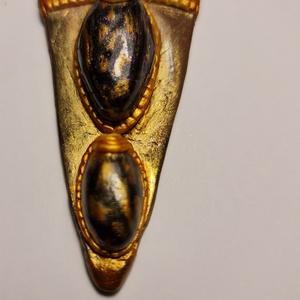 Cleopátra fénye nyaklánc, Ékszer, Nyaklánc, Medálos nyaklánc, Ékszerkészítés, Gyurma, Egyiptom hangulata ihlette ezt a különleges saját készítésű nyakláncot.\n\nA medál kb 8 cm hosszú, bőr..., Meska
