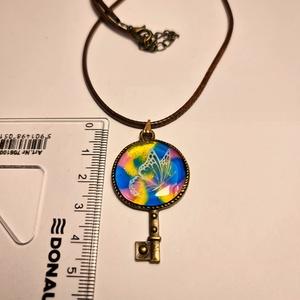 Kulcs a boldogsághoz nyaklánc, Ékszer, Nyaklánc, Medálos nyaklánc, Ékszerkészítés, Egyedi, saját készítésű, gyantából készült nyaklánc kulcs medállal szívárványos színekben pillangóva..., Meska