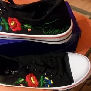 Névre szóló kalocsai mintás cipő, Cipő, Cipő & Papucs, Ruha & Divat, Hímzés, A kért névvel, méretben fehér, fekete, farmer színben., Meska