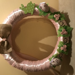 Tavaszi ajtódísz, Ajtódísz & Kopogtató, Dekoráció, Otthon & Lakás, Mindenmás, 28 cm-es szatén koszorú, apró díszekkel készült, vidám koszorú-ajtódísz., Meska
