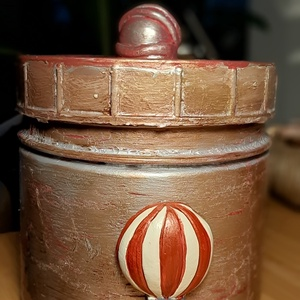 Díszdoboz piros hőlégballonnal, Otthon & Lakás, Dekoráció, Díszdoboz, Festett tárgyak, Újrahasznosított alapanyagból készült termékek, Ez a díszdoboz újrahasznosított, új életet adtam neki varázsműhelyemben :) Mindenféle kincset, kávék..., Meska