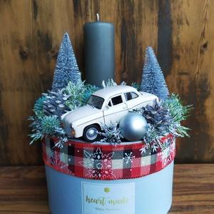 Autós karácsony, Férfiaknak, Legénylakás, Otthon & lakás, Dekoráció, Ünnepi dekoráció, Karácsony, Karácsonyi dekoráció, Lakberendezés, Asztaldísz, Virágkötés, Szürkés-kék dobozban, száraz tűzőhabba rögzített ezüst műfenyők, tobozok, gömbök, szürke gyertya és ..., Meska