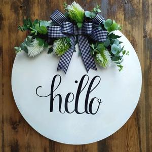 Hello Ajtódísz, Otthon & lakás, Lakberendezés, Ajtódísz, kopogtató, Dekoráció, Festett tárgyak, Virágkötés, Falapra készült, kézzel festett, majd selyemvirágokkal dekorált ajtódísz/kopogtató. , Meska