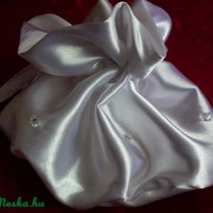 Esküvői szütyő csillogó cseh üveggyöngyökkel, Esküvő, Varrás, Mindenmás, Hófehér szatén selyem anyagból készült klasszikus, buggyos menyasszonyi kis táska az apróságoknak. \n..., Meska