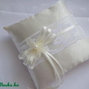 Virágos álom gyűrűpárna- ekrü, Esküvő, Ekrü színű, fényes, szatén selyem anyagból készült, fehér virág mintás cseh csipkével, ekrü szatén s..., Meska