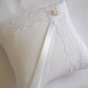 Francia csipkés gyűrűpárna gyöngy virággal - kicsi méret, Dekoráció, Otthon & lakás, Esküvő, Gyűrűpárna, Varrás, Gyöngyfűzés, gyöngyhímzés, Gyönyörű, francia csipkével, viaszgyöngyből készült virággal díszített gyűrűpárna fehér matt puplin ..., Meska