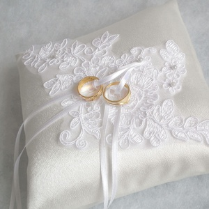 Csipkeözön gyűrűpárna, Gyűrűtartó & Gyűrűpárna, Kiegészítők, Esküvő, Varrás, Mindenmás, Elegáns, fényes szatén selyem anyagból készült gyűrűpárna, hófehér csipkével és gyöngyökkel díszítve..., Meska