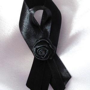 Virágos gyászszalag, Ruha & Divat,  Fekete dupla szatén szalagból és szatén rózsából készült gyászszalag, melyet kitűző alapra rögzítet..., Meska