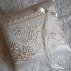 Lili esküvői gyűrűpárna, Táska, Divat & Szépség, Ruha, divat, Női ruha, Esküvő, Gyűrűpárna, Varrás, Gyöngyfűzés, gyöngyhímzés, Ekrü színű szatén anyagból készített, gyönyörű hímzett bézs csipkével és apró gyöngyökkel díszített ..., Meska