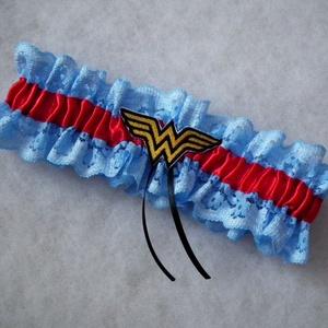 Wonder Women legényfogó, Esküvő, Hajdísz, ruhadísz, Szuper kiegészítő a szuperhősök kedvesének!   Kék csipkéből és piros szatén szalagból készült  gumis..., Meska