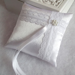 Francia csipkés szatén hófehér gyűrűpárna  - kicsi, Otthon & lakás, Dekoráció, Esküvő, Gyűrűpárna, Varrás, Gyöngyfűzés, gyöngyhímzés, Gyönyörű, francia csipkével, viaszgyöngyből készült virággal díszített gyűrűpárna fehér szatén selye..., Meska