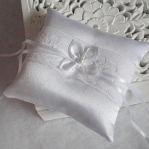 Virágos ábránd esküvői gyűrűpárna - kicsi, Esküvő, Kiegészítők, Gyűrűtartó & Gyűrűpárna, Hófehér, fényes szatén anyagból készült esküvői gyűrűpárna, csipkével és egy visszafogott szatén vir..., Meska