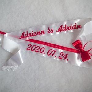 Hímzett vőfélyszalag esküvőre - név+ dátum, Esküvő, Dekoráció, Varrás, Hímzés, Szatén szalagokból készült feliratos vőfélyszalag, csipkével és masnival díszítve.\n\nA szöveg gépi hí..., Meska