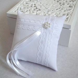 Francia csipkés gyűrűpárna gyöngy virággal - kicsi méret, Gyűrűtartó & Gyűrűpárna, Kiegészítők, Esküvő, Varrás, Gyöngyfűzés, gyöngyhímzés, Gyönyörű, francia csipkével, viaszgyöngyből készült virággal díszített gyűrűpárna fehér matt puplin ..., Meska
