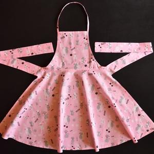 Női szoknyás, konyhai kötény, Otthon & lakás, Konyhafelszerelés, Kötény, Pamutvászon anyagból készült, női kötény, szoknyás alsó résszel, rózsaszín alapon cica mintázattal. ..., Meska
