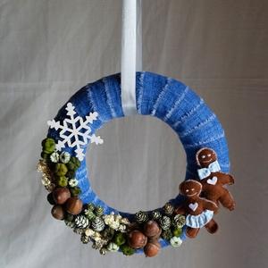 Modern karácsonyi ajtódísz, kopogtató, Karácsony & Mikulás, Karácsonyi kopogtató, Varrás, Virágkötés, Vászon anyaggal díszített szalma koszorúalap, kézzel varrt aranyos filc mézeskalács figurákkal, term..., Meska