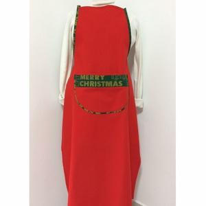 Piros zsebes karácsonyi konyhai kötény, Otthon & Lakás, Konyhafelszerelés, Kötény, Varrás, Piros pamutvászon, zsebes konyhai kötény, zöld és arany karácsonyi mintázattal/felirattal.\nKötény ho..., Meska