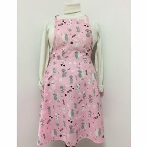 Női szoknyás, konyhai kötény, Otthon & Lakás, Konyhafelszerelés, Kötény, Varrás, Pamutvászon anyagból készült, női kötény, szoknyás alsó résszel, rózsaszín alapon cica mintázattal. ..., Meska