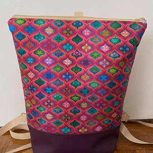 Absztrakt mintás hátitáska, Táska & Tok, Hátizsák, Hátizsák, Varrás, Absztrakt mintás táska. A táska mintás textilből és lila textilbőrből készült. \n A teteje  cipzárral..., Meska