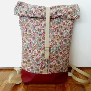 Virág mintás roll up hátitáska, Táska & Tok, Hátizsák, Roll top hátizsák, Varrás, Virág mintás roll up hátitáska. A táska mintás textilből és bordó textilbőrből készült, cipzárral és..., Meska