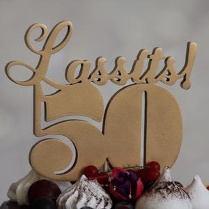 Lassíts50! 50. születésnapi tortadísz /hűtőmágnes Tortadekoráció Születésnapi tortadísz, Férfiaknak, Otthon & lakás, Dekoráció, Ünnepi dekoráció, Konyhafelszerelés, Hűtőmágnes, Famegmunkálás, Festett tárgyak, Fából készült festett tortadísz, amiben erős mágnes rejtőzik, így a nagy nap múltával tovább használ..., Meska