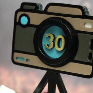 Születésnapi tortadísz fotóművészeknek / hűtőmágnes Fényképezőgép tortadekoráció, Férfiaknak, Otthon & lakás, Dekoráció, Ünnepi dekoráció, Konyhafelszerelés, Hűtőmágnes, Famegmunkálás, Festett tárgyak, Tortadísz fotóművészeknek, fotózás szerelmeseinek. A fényképezőgépet imitáló dísz elemei fából készü..., Meska