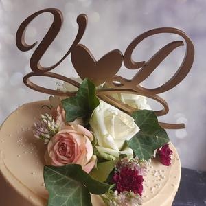 Esküvői tortadísz/csúcsdísz Monogrammos menyasszonyi torta Esküvői dekoráció tortára Mágneses dekoráció, Sütidísz, Dekoráció, Esküvő, Famegmunkálás, Festett tárgyak, A menyasszony és a vőlegény nevének kezdőbetűi egy szívet fognak közre, alattuk pedig a végtelen jel..., Meska