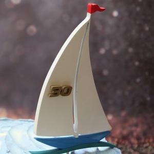 Vitorláshajó születésnapi tortadísz / hűtőmágnes réz évszámmal, Otthon & Lakás, Sütidísz, Konyhafelszerelés, Vitorlázás szerelmeseinek, vagy egy nagy utazás, elhajózás előtt, különleges szülinapokra, alkalmakr..., Meska