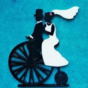 Velocipéd nászpár Esküvői tortadísz/csúcsdísz Biciklis menyasszony és vőlegény Esküvői dekoráció tortára , Esküvő, Esküvői dekoráció, Nászajándék, Menyasszonyi ruha, Famegmunkálás, Festett tárgyak, A menyasszony és a vőlegény egy velocipéden indulnak közös útjukra. A menyasszony hajában, nyakában ..., Meska
