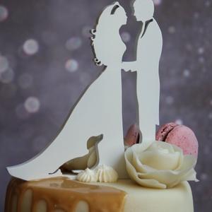 Nászpár tacskóval Esküvői tortadísz csúcsdísz Kutyás menyasszony és vőlegény Esküvői dekoráció tortára , Esküvő, Esküvői dekoráció, Nászajándék, Menyasszonyi ruha, Famegmunkálás, Festett tárgyak, A menyasszony és a vőlegény tacsival/tacskóval. Miért is ne kerülhetne rá a tortára a kis kedvenc is..., Meska