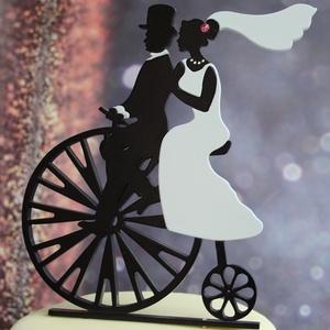 Velocipéd nászpár Esküvői tortadísz/csúcsdísz Biciklis menyasszonyi és vőlegény Esküvői dekoráció tortára , Esküvő, Esküvői dekoráció, Nászajándék, Menyasszonyi ruha, Famegmunkálás, Festett tárgyak, A menyasszony és a vőlegény egy velocipéden indulnak közös útjukra. A menyasszony hajában, nyakában ..., Meska