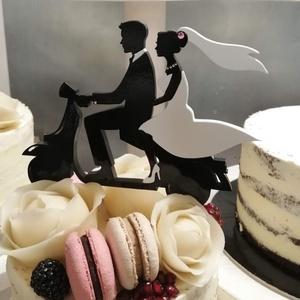 Robogós nászpár Esküvői tortadísz/csúcsdísz Menyasszony és vőlegény robogón Esküvői dekoráció tortára , Esküvő, Dekoráció, Sütidísz, Famegmunkálás, Festett tárgyak, Meska