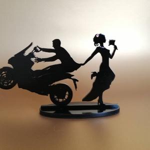 Motoros esküvői tortadísz/csúcsdísz  HONDA Motoros menyasszony és vőlegény Esküvői dekoráció tortára , Esküvő, Dekoráció, Sütidísz, Famegmunkálás, Festett tárgyak, Egy nagyon határozott menyasszony és egy motoros vőlegény. A motor típusa változtatható, a menyasszo..., Meska