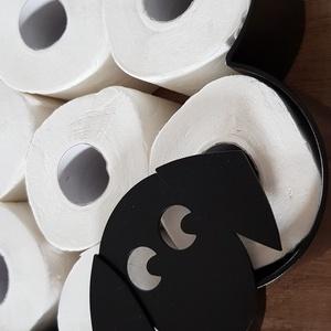 Gömbi kutyus wc papírtartó, Otthon & Lakás, Fürdőszoba, Fürdőszobai dekoráció, Elkészítettem a fali wc papírtartó kutyusos változatát. Füleket Gömbi kutyusunk füléről mintáztam. M..., Meska