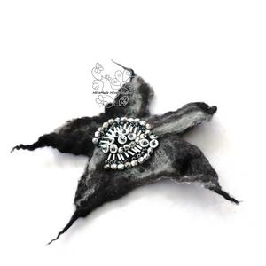 Fekete ezüst nemez kitűző bross hajékszer gyöngyökkel (Hera) - Meska.hu